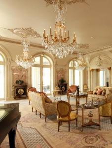 Thiết kế nội thất phòng khách tân cổ điển cực ấn tượng