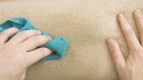 tẩy vết mực trên sofa bằng keo xịt tóc